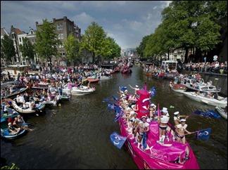 Barcos desfilam no início da Parada Gay em Amsterdã. (Foto: Paul Vreeker/Reuters)
