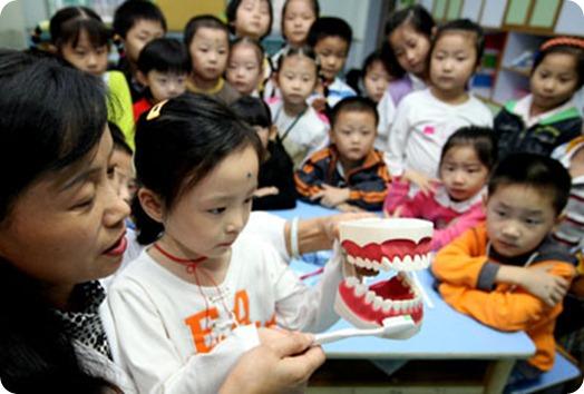 新华社照片&#65292;合肥&#65292;2007年9月19日<br />    从小学会科学护齿<br />    9月19日&#65292;一位牙科医生向合肥市西园新村幼儿园的小朋友们传授正确的刷牙方法&#12290;当日&#65292;合肥市西园新村幼儿园针对3至6岁的学龄前儿童开展口腔健康宣传教育&#65292;让小朋友们从小学会科学护齿的方法&#12290;<br />    9月20日是&ldquo;全国爱牙日&rdquo;&#65292;今年爱牙日的主题是&#65306;口腔健康促进&#8213;&#8213;面向西部&#65292;面向儿童&#12290;<br />    新华社发&#65288;徐国康 摄&#65289;