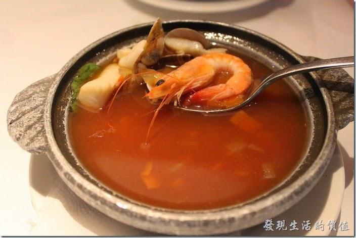 台南-西堤(Tasty)民族店。湯品-義式海鮮清湯。我個人最喜歡這一道湯品,裡頭的海鮮還蠻多的,有蝦子、魚肉、蛤蜊、透抽…等,湯頭也不錯喝,有一點點越式海鮮湯的感覺但又不辣。