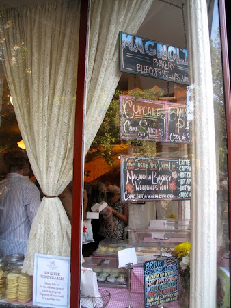 Sex and the City hotspots with On Location Tours:Through the Magnolia Bakery window