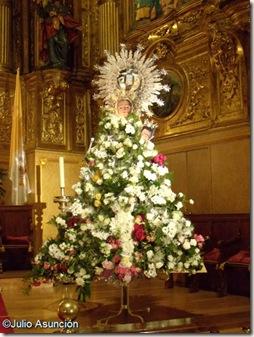 La imagen de la Virgen de Nieva cubierta de flores durante las fiestas de Peralta - Navarra