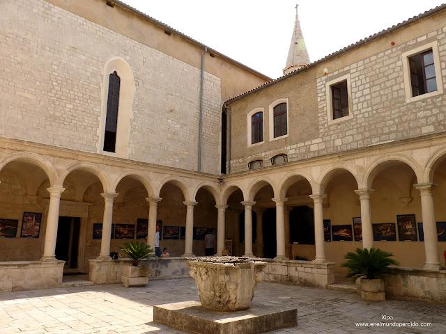 claustro-monasterio-de-san-francisco-en-zadar.JPG