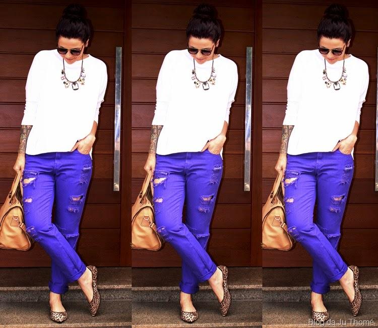 look jeans color, trico branco e sapatilhas