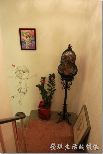 台南-沛里歐咖啡館。一樓及二樓樓梯轉角處的擺飾,葫蘆型的籠子裡養了一隻布偶熊,樓梯其實有點窄,所以如果行動不便者,建議待在一樓就好。