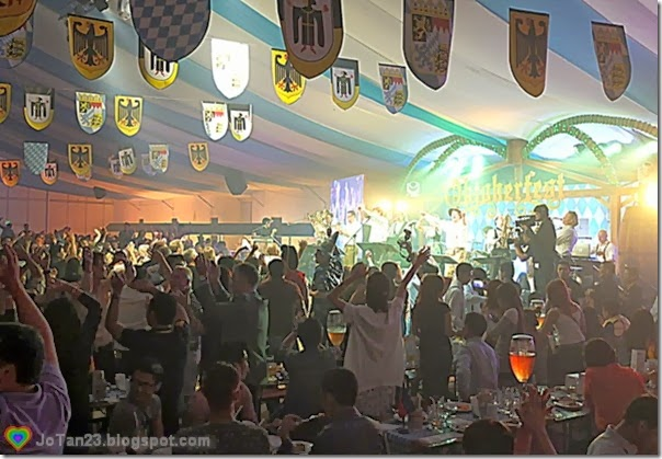 oktoberfest-2013-sofitel-bavarian-sound-express-party-crowd-jotan23