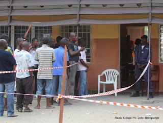 De gauche à droite, un groupe de Kinois devant un centre d'enregistre de la CENI situé dans une école primaire ce 7/5/2011 à Kinshasa, pour l'obtention de la nouvelle carte d'électeur. Radio Okapi/ Ph. John Bompengo
