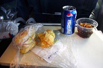الدرجة السياحية على الخطوط الجوية الأمريكية. أمريكا جدا. شطيرة، وبيبسي ورقائق البطاطس!