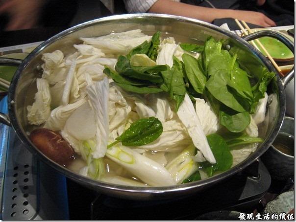 上海壽司天家。日式小火鍋,這是三人份的份量,裡面有涮雪蟹,帝王蟹,鱈魚,蔬菜,湯頭跟我們一般在台灣吃得小火鍋類似,比較清淡,很適合我們。