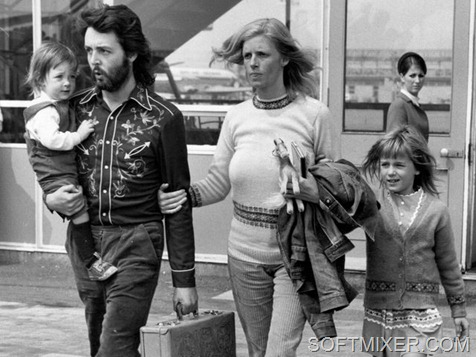 12th May 1971:  Paul McCartney, singer, songwriter and bass player for the recently disbanded Beatles, with his wife Linda (1941 - 1998) and their two children, Mary (left) and Heather (right) at Gatwick Airport.  (Photo by Central Press/Getty Images)