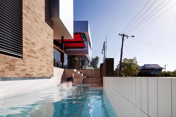 piscina-de-diseño-en-casa-moderna