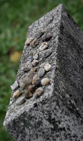 ... na židovskom cintoríne ...