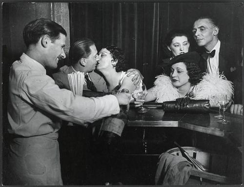 Kiki dans un bar, Montparnasse, 1930 by Brassaï.jpg