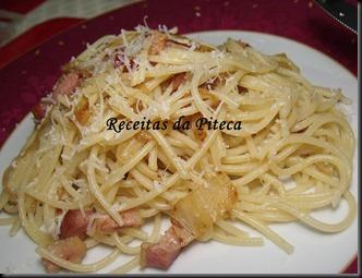 Linguine com bacon e azeitonas.