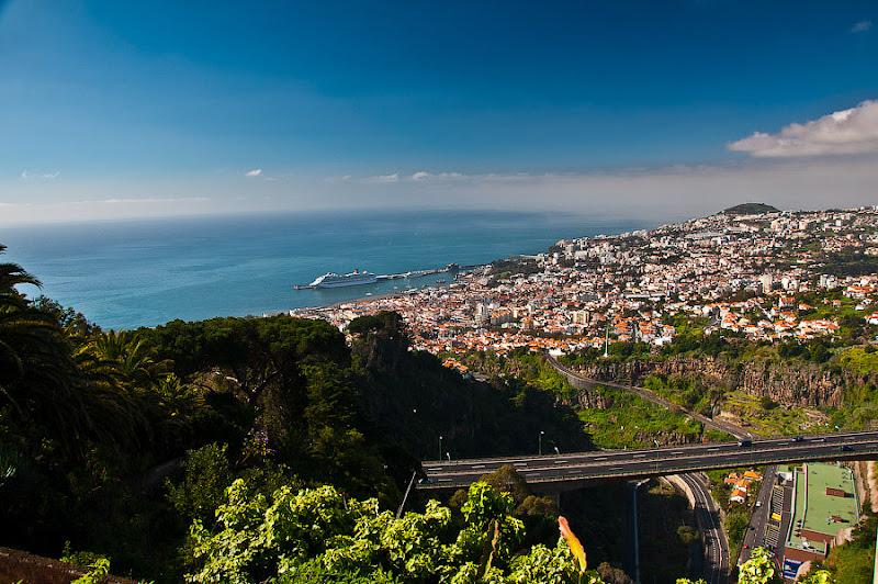 День пятый. Фуншал. Costa Concordia. Мадейра. Круиз. Как видите лайнер хорошо заметен из любой точки города, обращённой к морю.