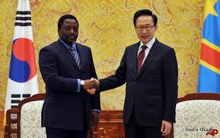 – Poignet de mains entre le président de la RDC, Joseph Kabila et son homologue Sud-Koreen Lee Myung-bak, lors d'une visite d'Etat en Corée du Sud (Seoul, 29/03/2010)
