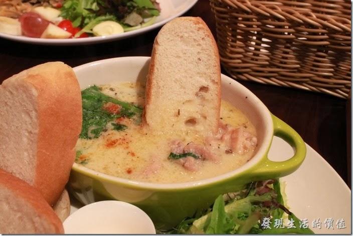 台南-mumu小客廳早午餐。上菜時服務生會建議將白麵包沾著湯汁一起食用,有點越南法國麵包的吃法,其實這樣也可以吃到不同於單獨喝湯或是麵包的味覺享受。