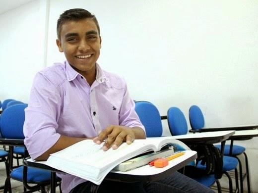 1 - Sonho de ser médico através do Enem faz jovem viajar 136 km diários, no AM 3