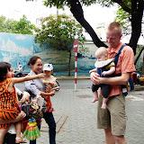 Morten og Magne på tur i byen, og vietnameserne elskede vores lille blege babydreng :-)