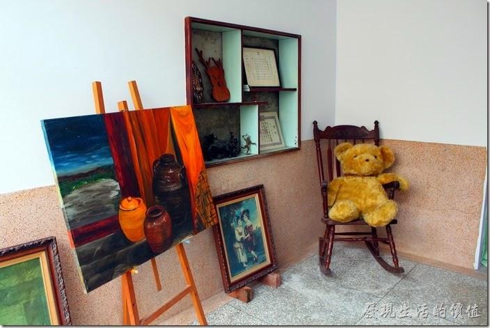 台南安平-運河路7號-創意市集 民宿。二樓有些畫作的展出,牆壁上的壁櫥出現了,這是早期台灣樓房建築的特色之一。