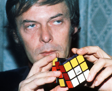 Ernő Rubik mostra la sua invenzione in un evento organizzato a Londra nel 1981