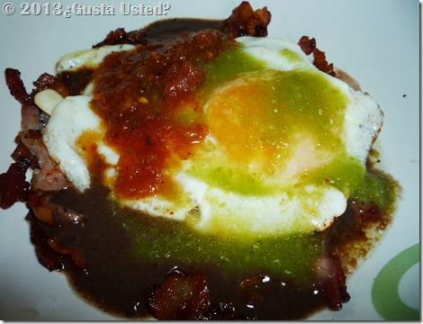 Frijoles, tocino huevo y salsas (2)