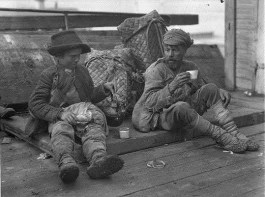 Нижегородская ярмарка. Грузчик и мальчик - беспризорник.1924г.