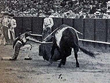 1914-04-21 (p. 4-V ArtTau) Sevilla 2º Joselito de rodillas