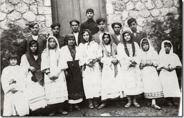 25 Μαρίου 1931, απ' την παράσταση του  έργου Να ζει το Μεσολόγγι ,προτελευταία η Ήρα Κιούλπαλη, ακόμα Μιλτ.Μαργέλος, Κατ.Ποντίκη,Ασπ.Παπαθανασίου, Γιούλα Ταμβάκη -Πέτρου, Βούλα  Παπαβασιλείου κ.α