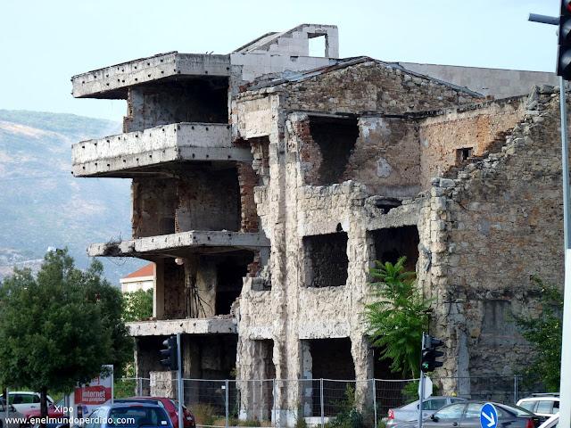edificios-tiroreados-de-bulevar-en-mostar.JPG
