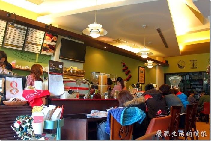 台南【席瑪朵咖啡烘培棧】立賢路總店的吧台。這裡的座位其實不是很多,大約可以容納20多人出頭。