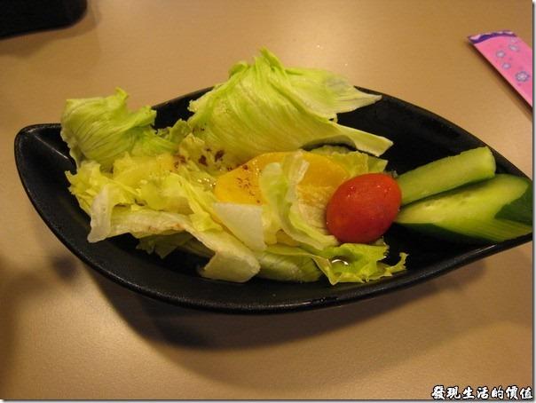 南港-船屋-平價生魚片蓋飯。一般點生魚片丼(蓋)飯餐類與燒烤飯類,都會有附贈前菜沙拉,一律添加和風醬。