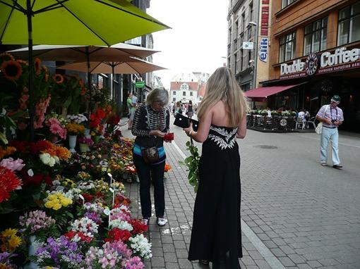 Рига, у цветочного киоска