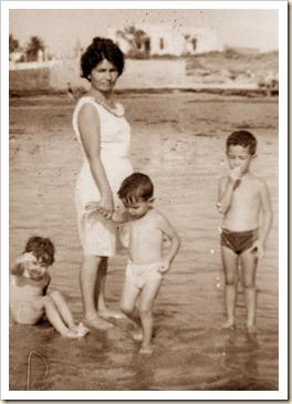 008 a Mamá y niños en la playa