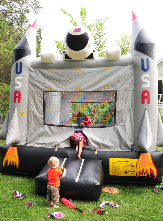 7.-backyard-fun-astronaut-party-rocket-ship-moon-bounce-2--Fete-a-Fete