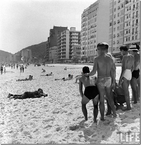 Foto de Hart PrestonLife. Walt Disney filmando deitado na areia da Praia de Copacabana. Rio de Janeiro, 1941.Em 1941, o fotógrafo da revista Life Hart Preston (1910-2009) realizou uma série de fotos da visita de Walt Disney ao Ri