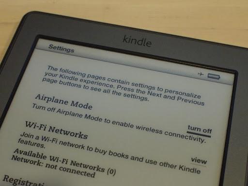 [写真]新しいKindleのSettings画面。Airplane ModeでのみWiFiをON/OFFできるようになった。