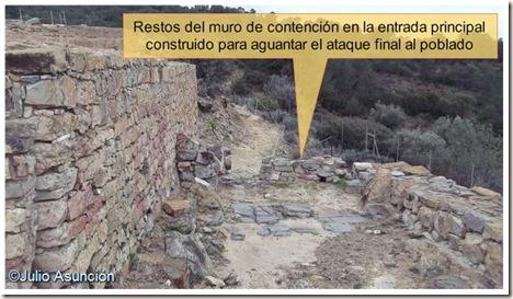 Entrada principal con muro de contención