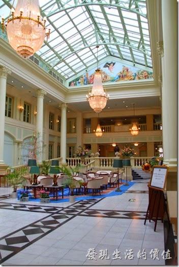 豪斯登堡的「阿姆斯特丹飯店」有挑高的大廳,希臘神話宮殿般的裝飾。
