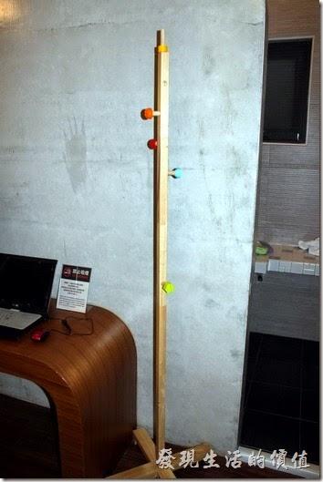 屏東-林邊東港-發現號祕境民宿。客房內沒有衣櫃,只有一個掛衣架,這掛衣架還蠻有造型的,不知道是否自己設計的,使用木頭螺絲鎖在一根方木上,只在螺絲頭的地方漆上各式顏色區分。