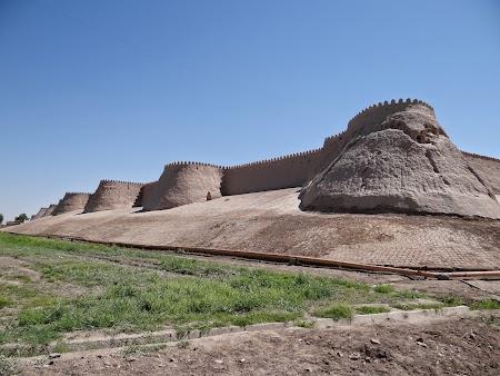 05. Zidurile cetatii Khiva.JPG