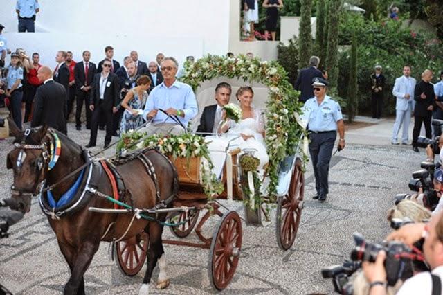 La novia, vestida con un diseño del venezolano Ángel Sánchez, llegó a la iglesia en un carruaje tirado por caballos y acompañada por el marido de su madre, Atilio Brillenbourg