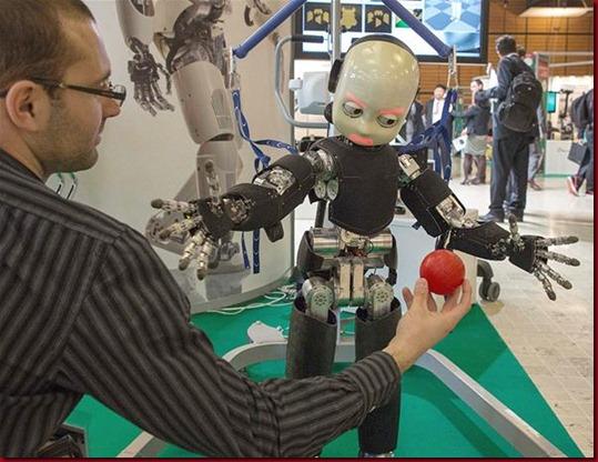 Robot humanoid bernama iCub di Innorobo 2013 fair di Lyon, Prancis, 19 Maret 2013.