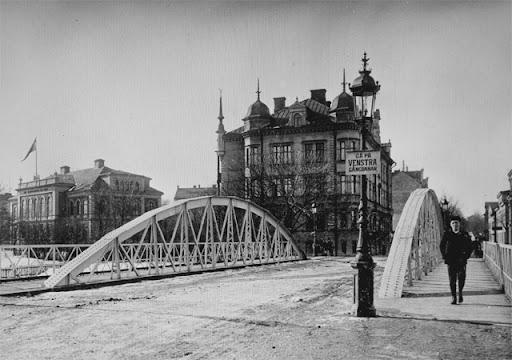 Haglunds bro. I fonden Magdeburg och det vackra bostadshuset från 1890