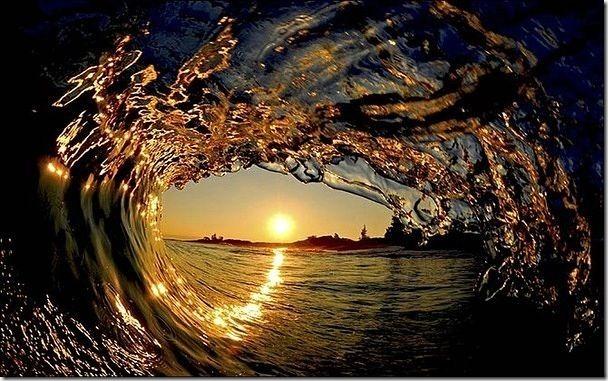 你見過無數的夕陽,但你見過海浪下的落日餘暉?