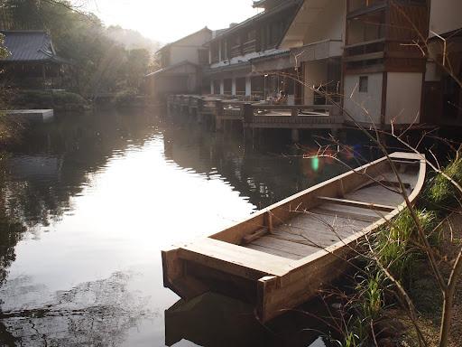 [写真]サロンから池を望む