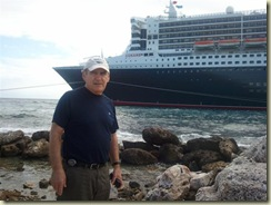 2011-12-24 Me and QM2 Willemstad (Small)