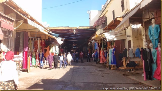 La calle de entrada a la medina es el típico bazar