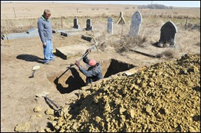 Uitenweerde Fanie brother of murdered Thinus, at Alliesrust family grave being dug