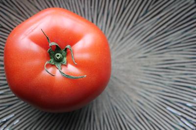 皿とトマト