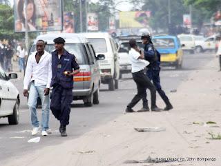 La police interpelle  des partisans de l'UDPS le 23/12/2011 à Kinshasa. Radio Okapi/ph. John Bompengo